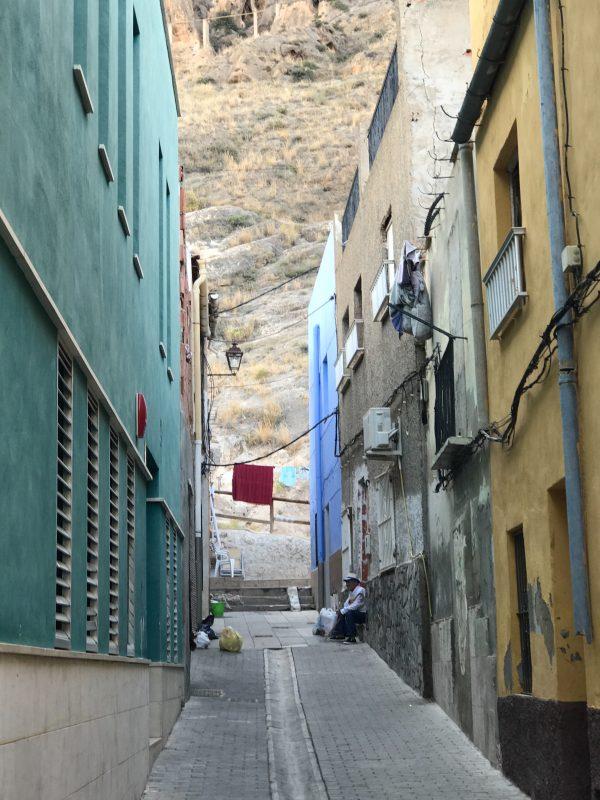 Úzke farebné uličky  Orihuely v tieni vysokých kopcov