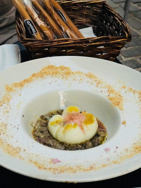 "Delikátna Orihuela - Na""hniezde"" z aromatickej huby hľúzovky je posadené v zvláštnej forme uvarené orihuelské vajíčko"