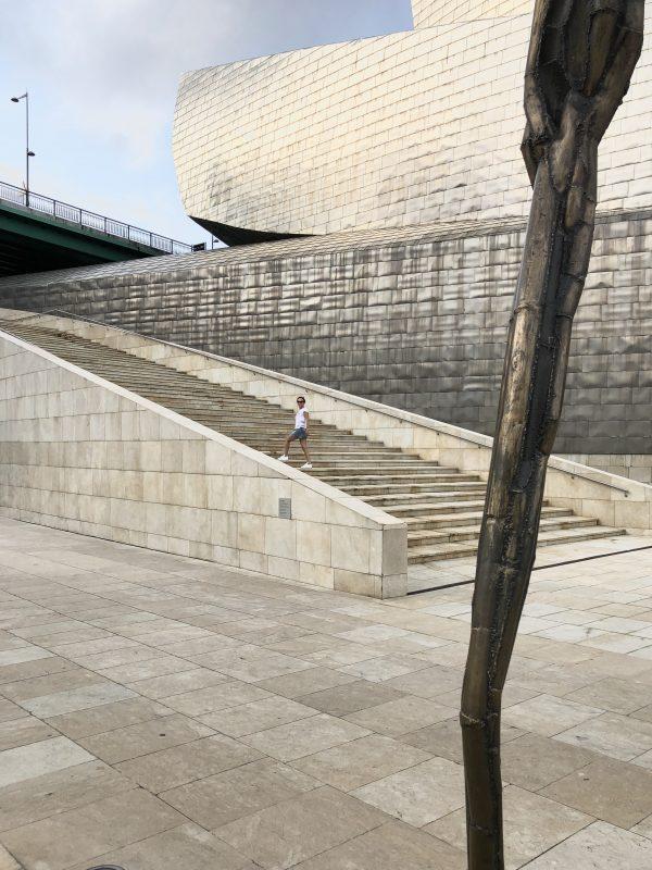 raňajší tréning na schodoch múzea Guggenheim