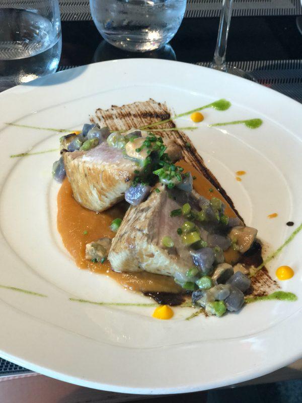 Grilovaný tuniak z biskajského zálivu na paprikovoparadajkovej šťave so zeleným hráškom