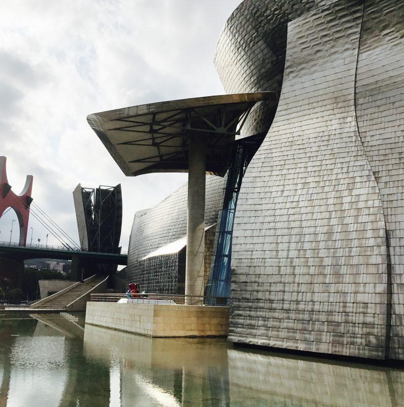 titán, sklo a betón - základné materiály použité na stavbe múzea Guggenheim Bilbao