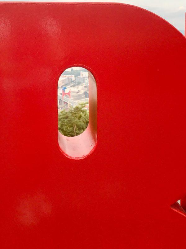 pohľad z konečnej stanive lanovky na most s červenou bránou