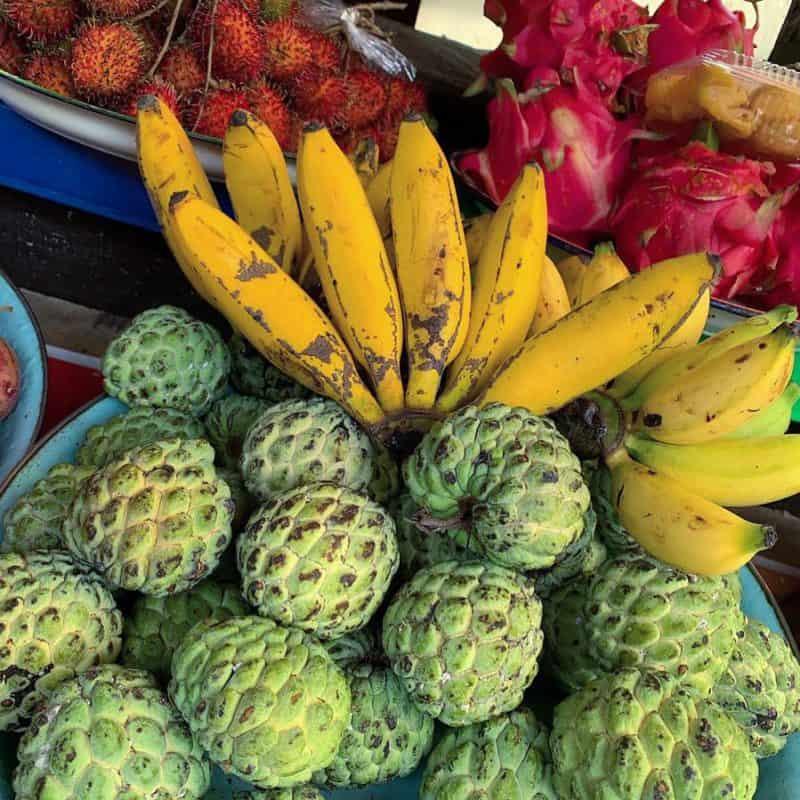 zelený sweetsop, banány s kôstkami a dragonfruit